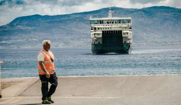 foto, traghetto che arriva al porto dalla banchina di Tremestieri
