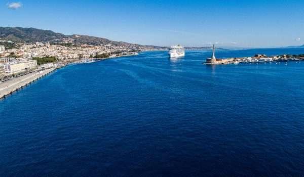 foto della nave costa smeralda che entra al porto di messina