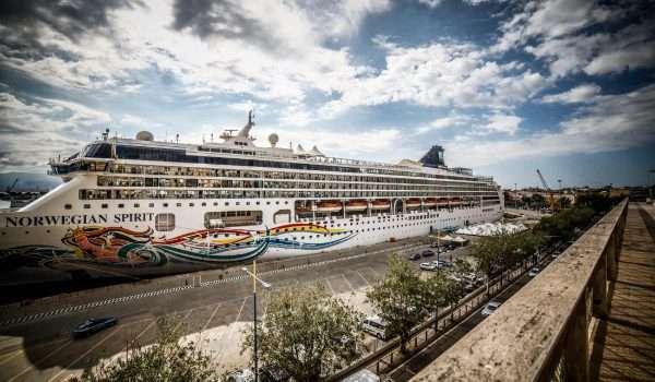 foto della nave NORWEGIAN SPIRIT al porto di messina